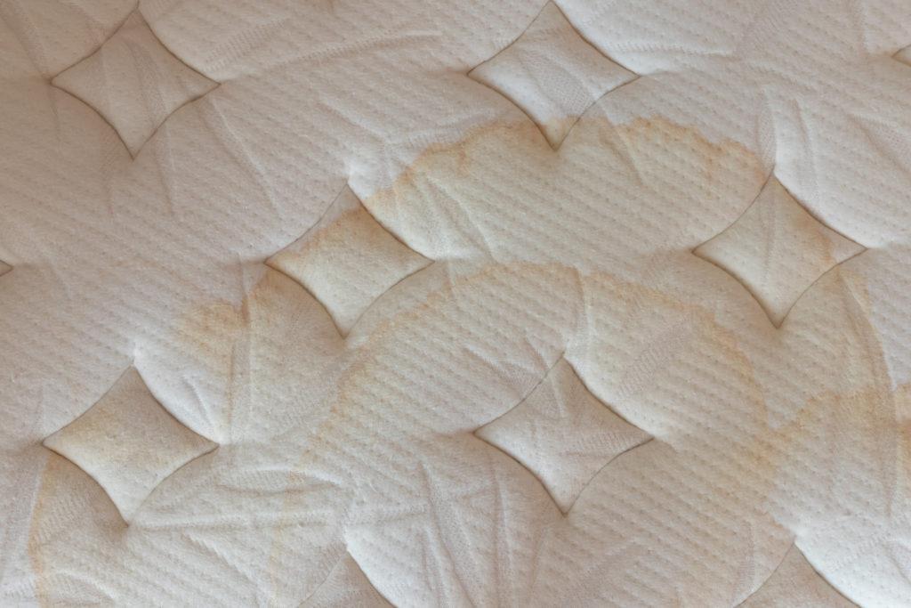 Mancha de humedad sobre colchón.